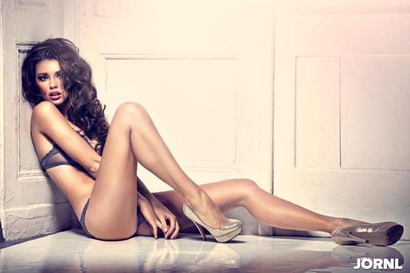 Красивая женщина на полу