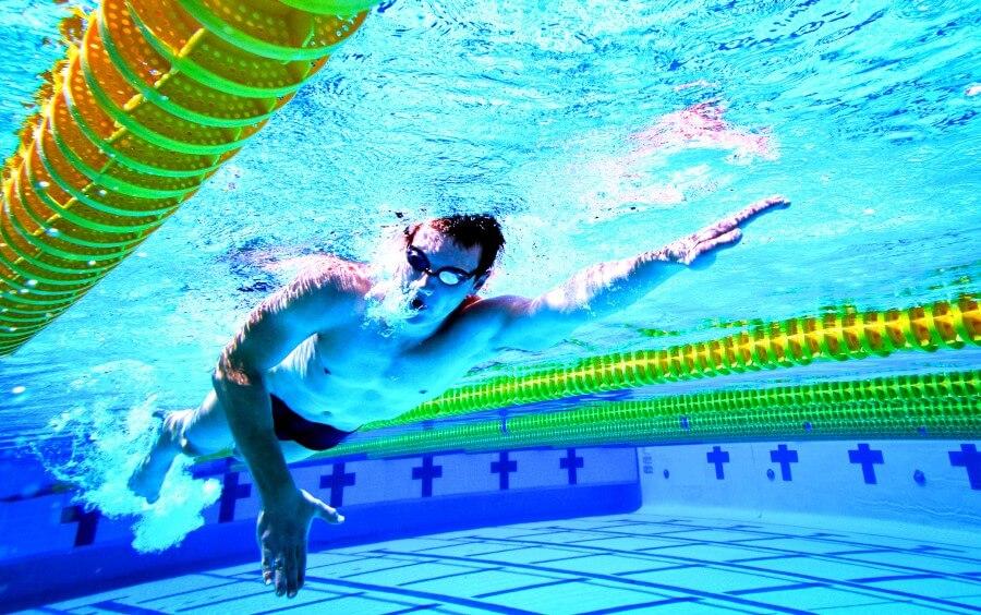 Мужчина плывет кролем. Плавание и фитнес.