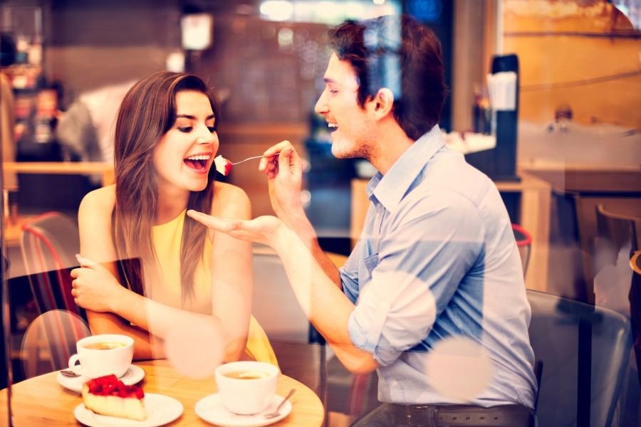 Пара в кафе кушает дессерт