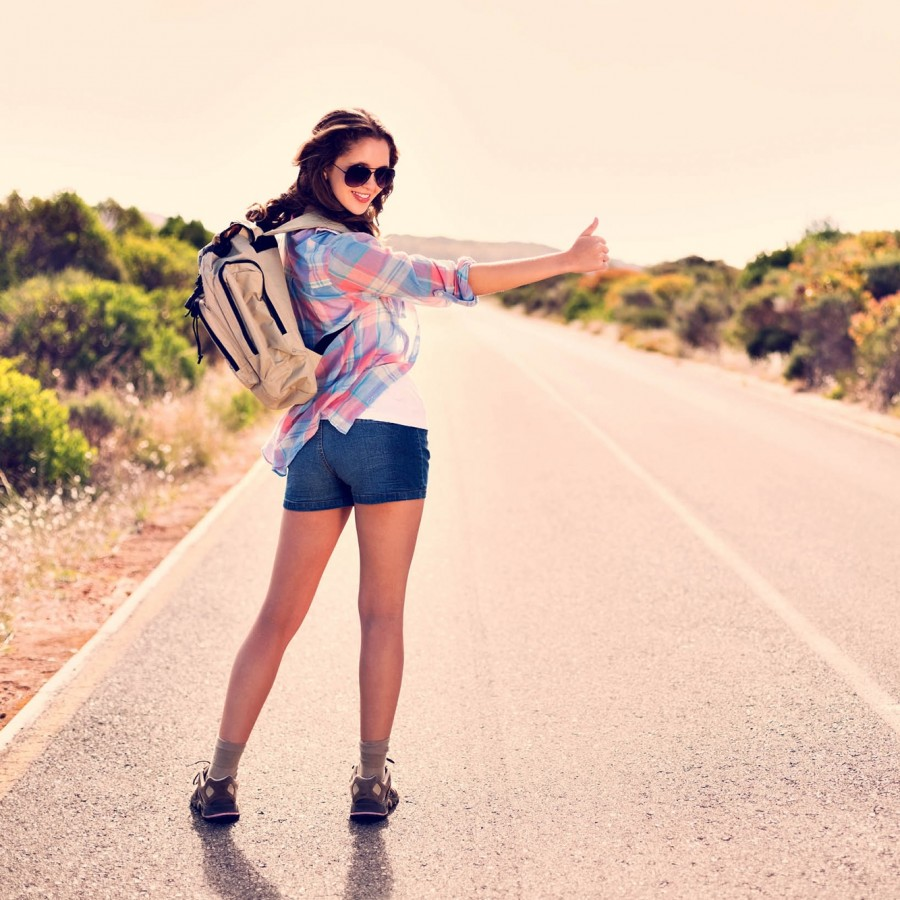 Девушка путешествует автостопом