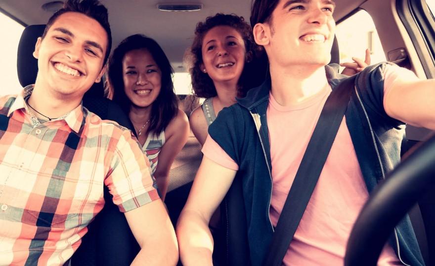 Молодые люди в автомобиле