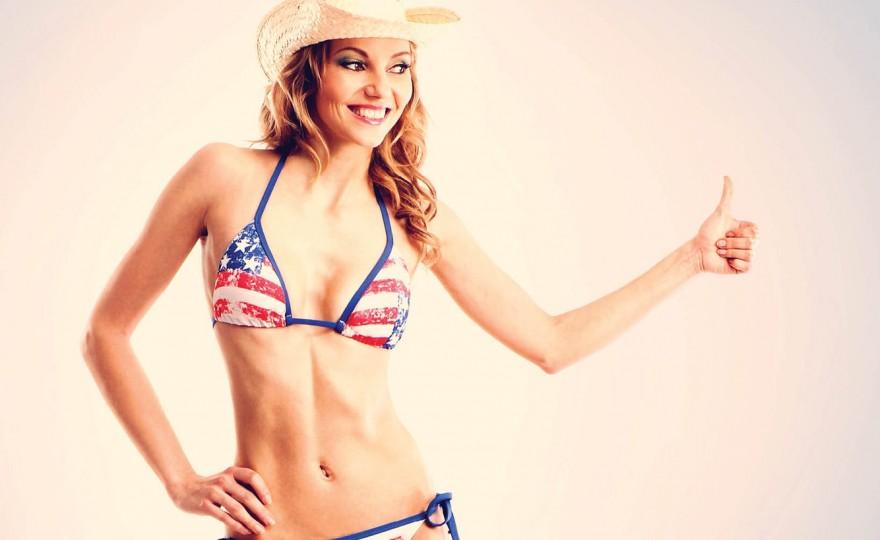 Американская красивая девушка в купалнике